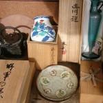 東京都三鷹市のお客様より島岡達三の皿、北村西望のレリーフ、大国銘の鉄瓶などを買取致しました。